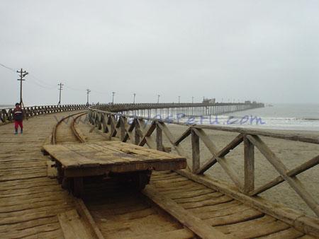 Caminando en el Muelle de Pimentel